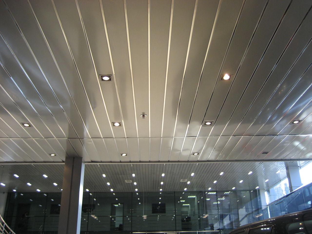 Реечный потолок в интерьере офиса